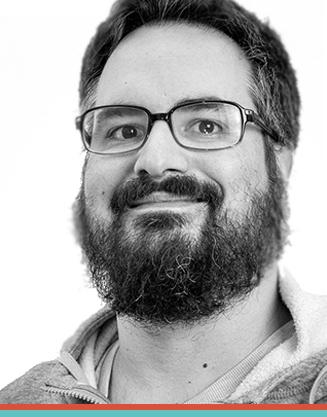 """LUCAS DE BARROS Editor, finalizador, fotógrafo, músico amador e churrasqueiro semi-profissional, estudou Cinema na UNISUL de 2001 a 2003. De 2006 a 2007 foi Gerente de Conteúdo da empresa 4D Telecom em Londres. De volta ao Brasil, trabalhou em diversos projetos na área de pós-produção, incluindoassistência de edição no longa-metragem Cabeça a Prêmio de Marco Ricca. Em 2010, entrou na Novelo Filmes, onde assina a direção do documentário """"Ao Som do Chamamé""""."""