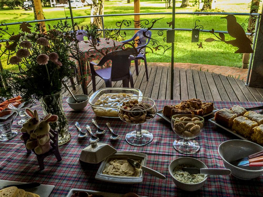 No café da manhã, produtos regionais e caseiros, além de frutas da estação. Tudo muito saboroso e preparado com carinho.