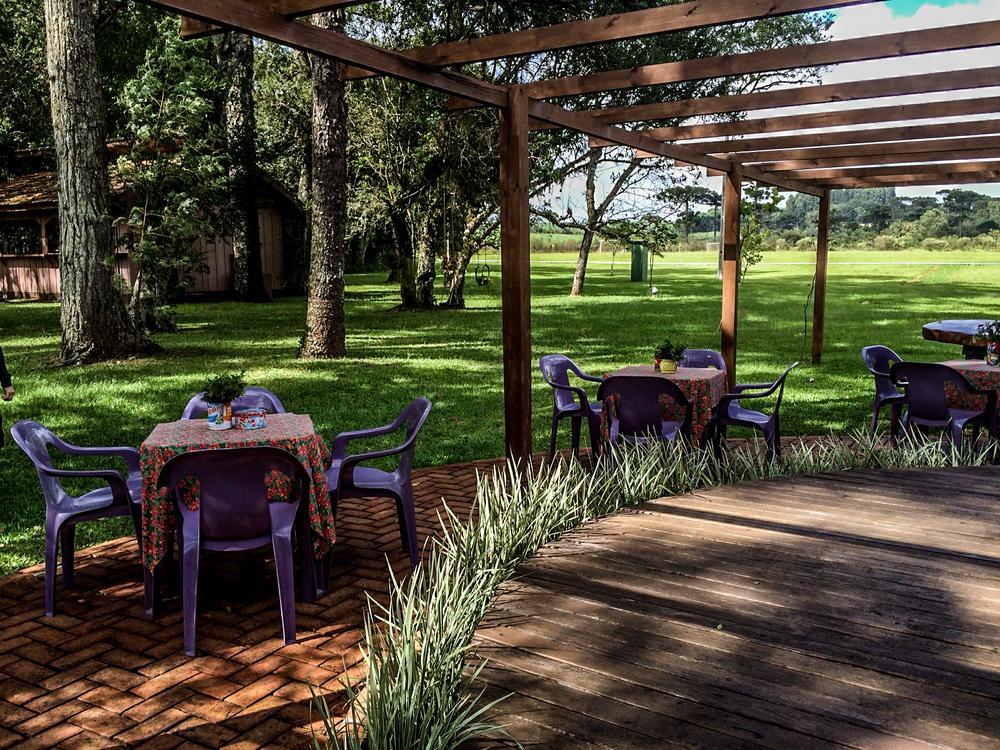 Também dá pra sentar aqui fora e aproveitar o ar livre e limpo do campo.