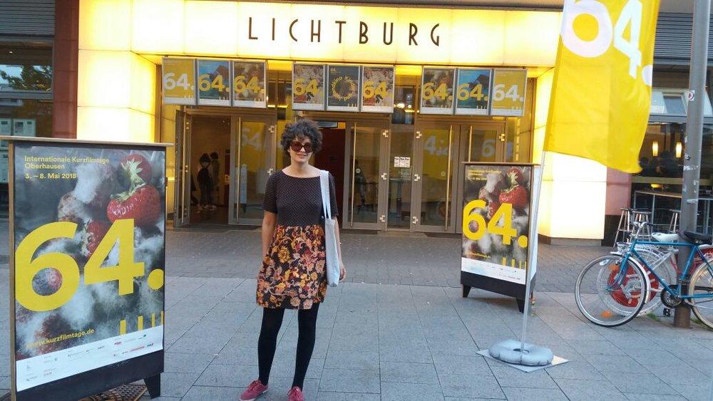 A diretora Maria Augusta V. Nunes em frente ao histórico Lichtburg Cinema, casa do  Oberhausen International Short Film Festival.