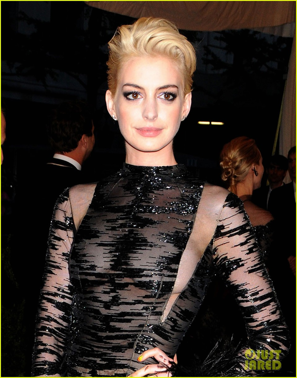 anne-hathaway-bleach-blonde-hair-at-met-ball-2013-02.jpg