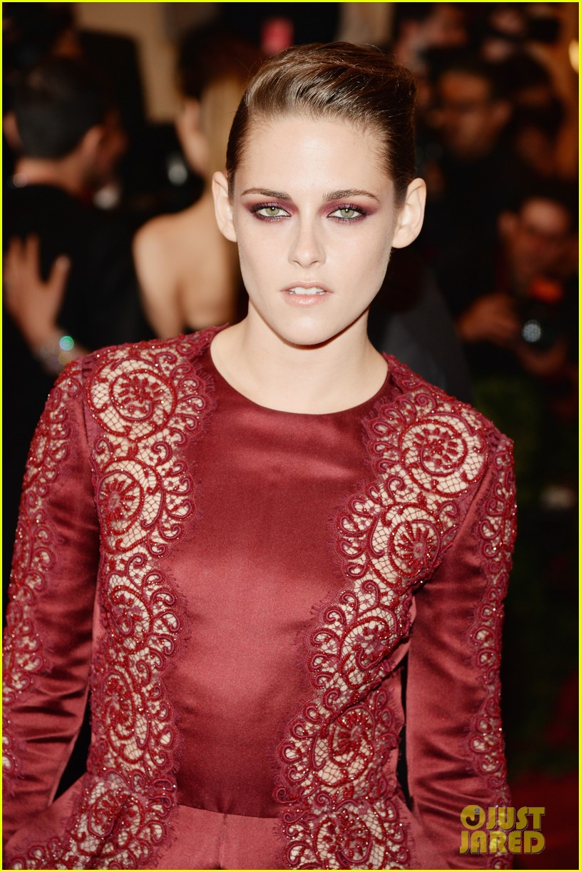 kristen-stewart-met-ball-2013-red-carpet-02.jpg