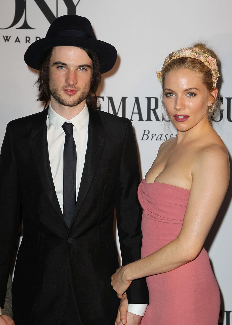 sienna-miller-tom-sturridge-tony-awards-2013-red-carpet-02.JPG