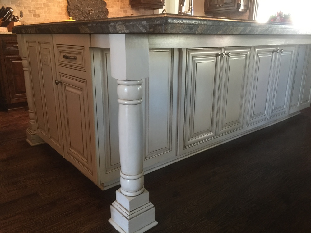 A grand kitchen island with a single color glaze is very fitting for this luxurious kitchen.
