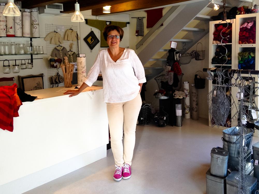 Kerstin i sin butik Fingerfärda i Karlshamn.