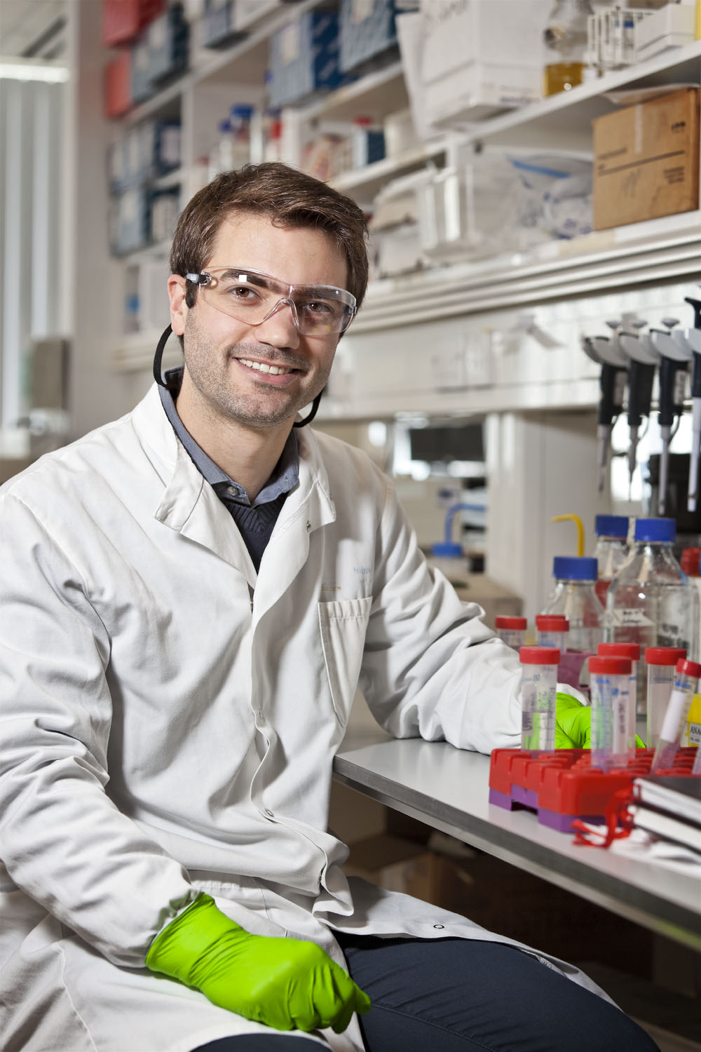 Ricardo in his lab at the John Radcliffe Hospital, Oxford