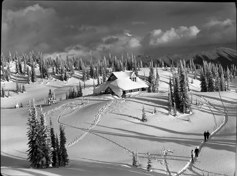 Heather Lodge and Skiers [DN-193]