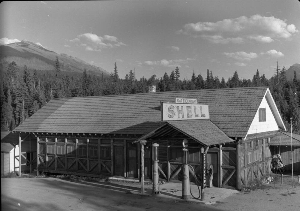 McKinnon's Service Station Boat Encampment [DN-342]