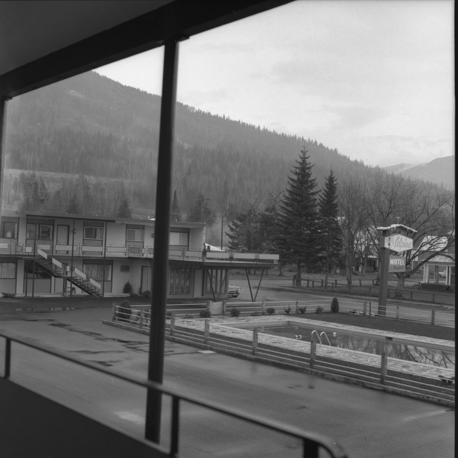 Alpine Motel Courtyard [DN-548]