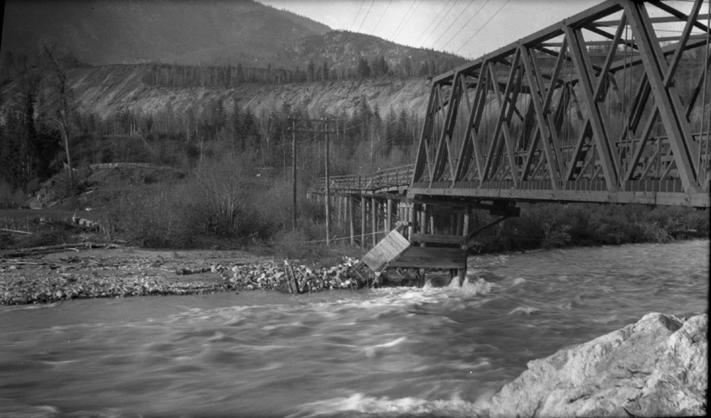 Traffic Bridge over Illecillewaet [DN-199]