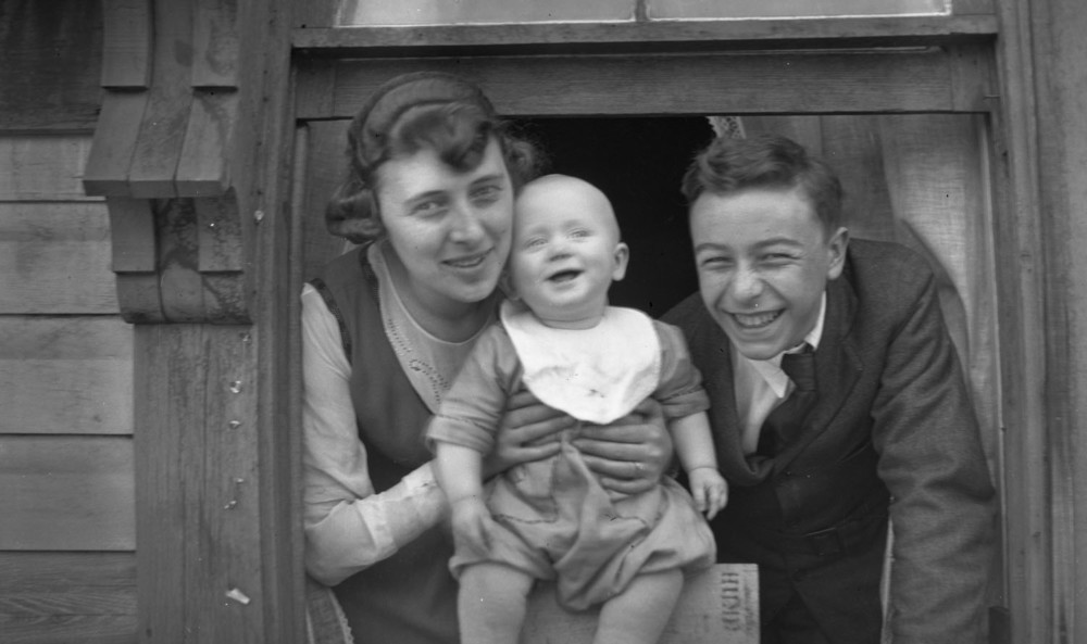 Earle (maybe) and Estelle Dickey with Baby [DN-634]
