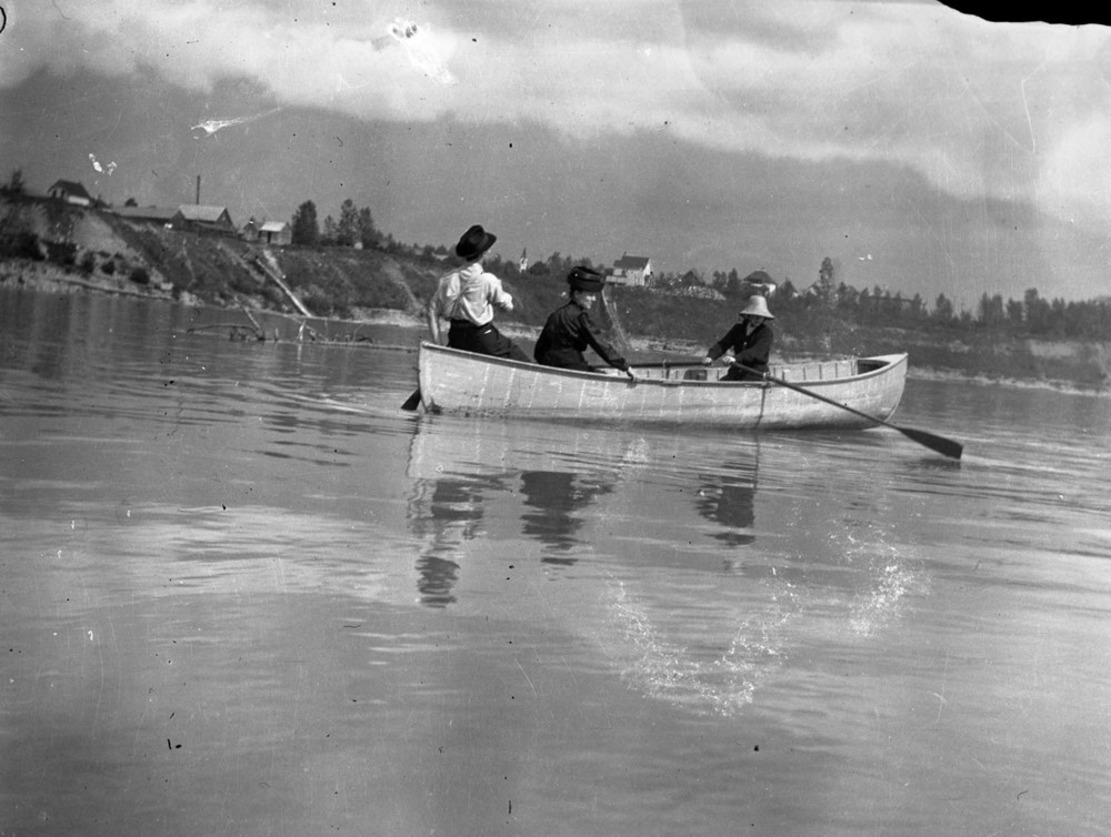 Shella Dickey, Mrs. AN Smith, Eph Smith in a Boat [DN-656]