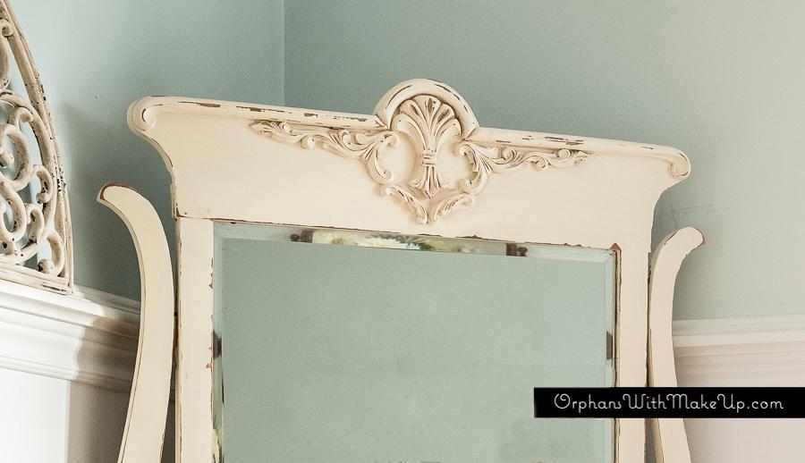 Pretty detailing on mirror.