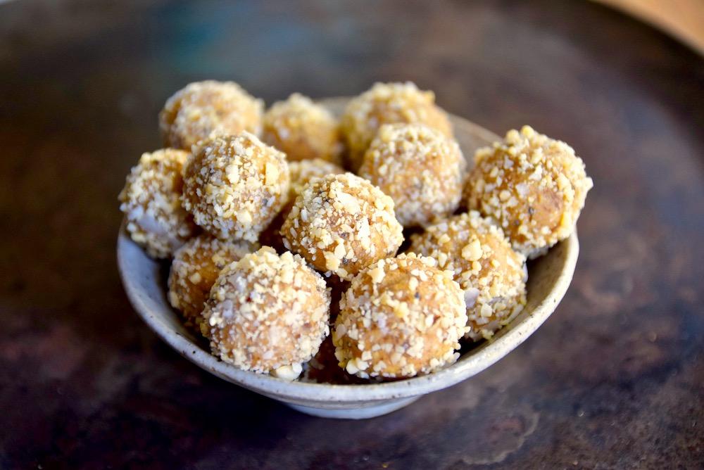 Paleo cashew vanilla balls