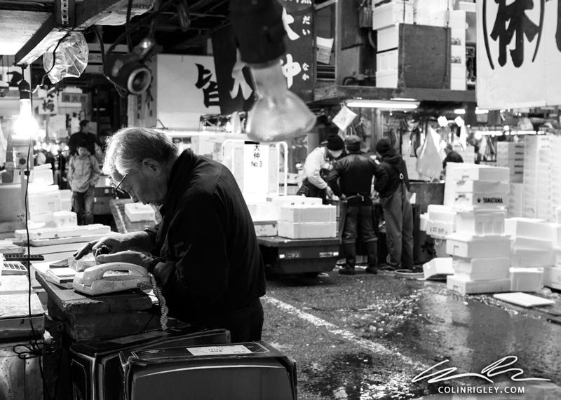 Japan_Tokyo_Fish-Market-Man-Counting.jpg