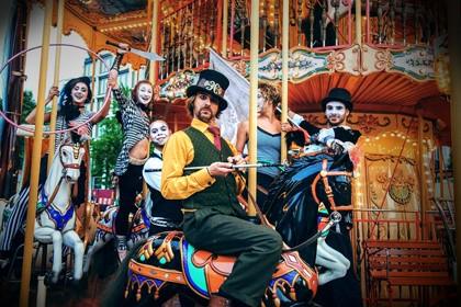 Als temperamentvolle Truppe nach Art eines Zirkus-Marionetten-Theaters wird Ihnen forsch und pfiffig Kurzweil geboten.