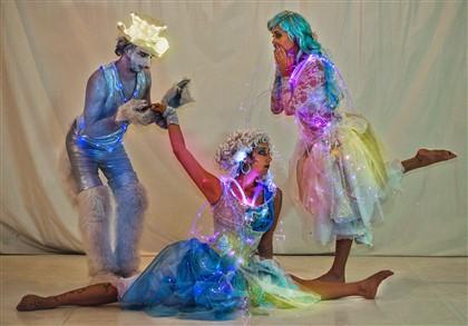 In zauberhaft leuchtend Kostümen nehmen diese possierlichen Wesen sie mit auf eine Reise aus Licht, Kunststücken und Schwerelosigkeit.