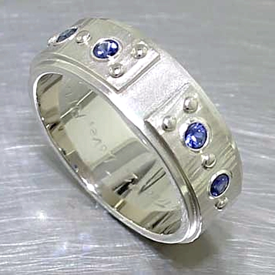 Style #11210035: Heavyweight Multi-Textured Sapphire Band in White Gold