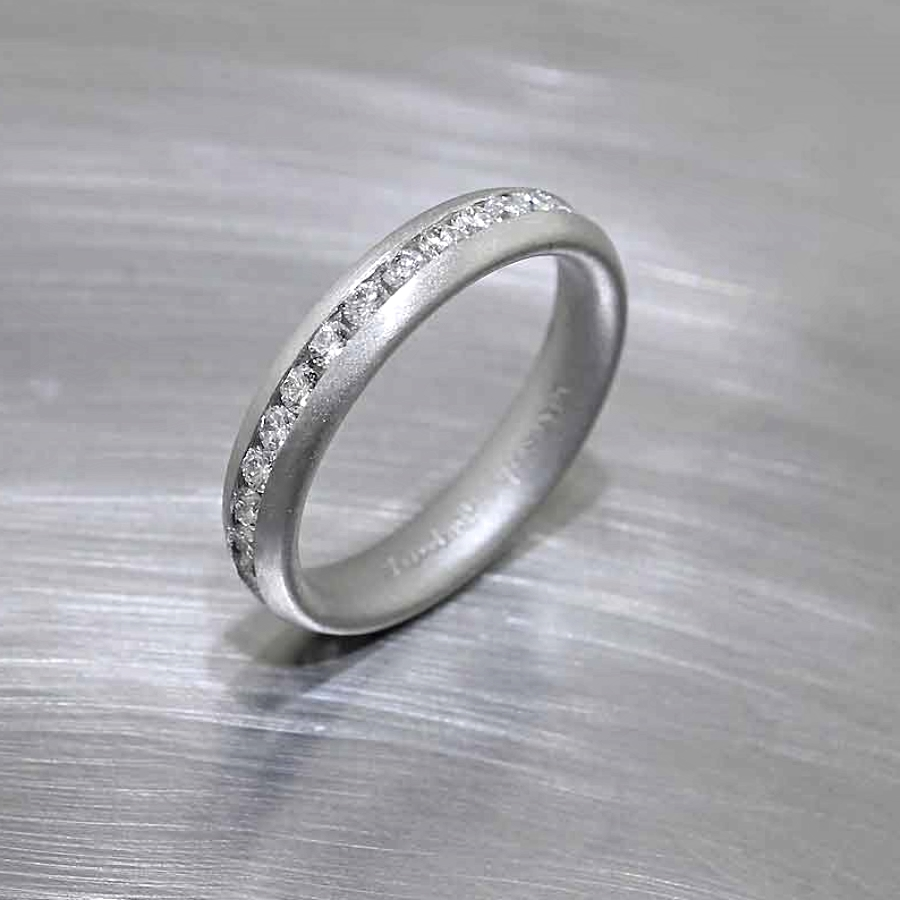 Style #21110096: Glittering Channel-Set Diamonds in Soft Matte-Finished Platinum