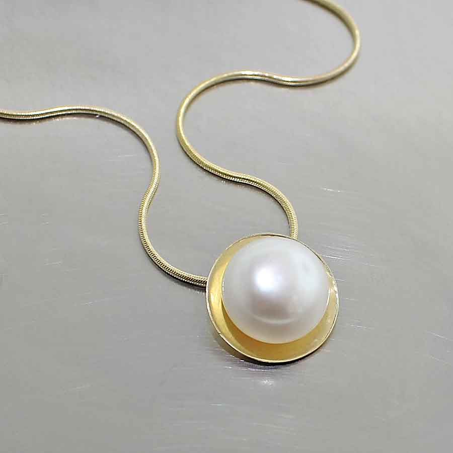 Style #24810007: BUTTON SHAPED PEARL IN 18K YELLOW GOLD DISC/DISH PENDANT