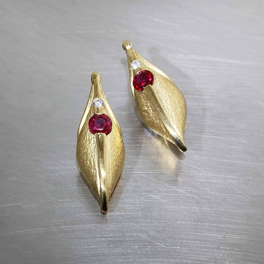 Style #27310048: 1.03CT RUBY & DIAMOND TEXTURED POD EARRINGS, 22KY GOLD