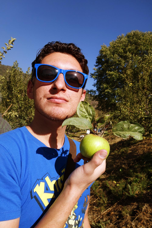 DSC01994 Richard and a Multi-Leaf Apple.JPG