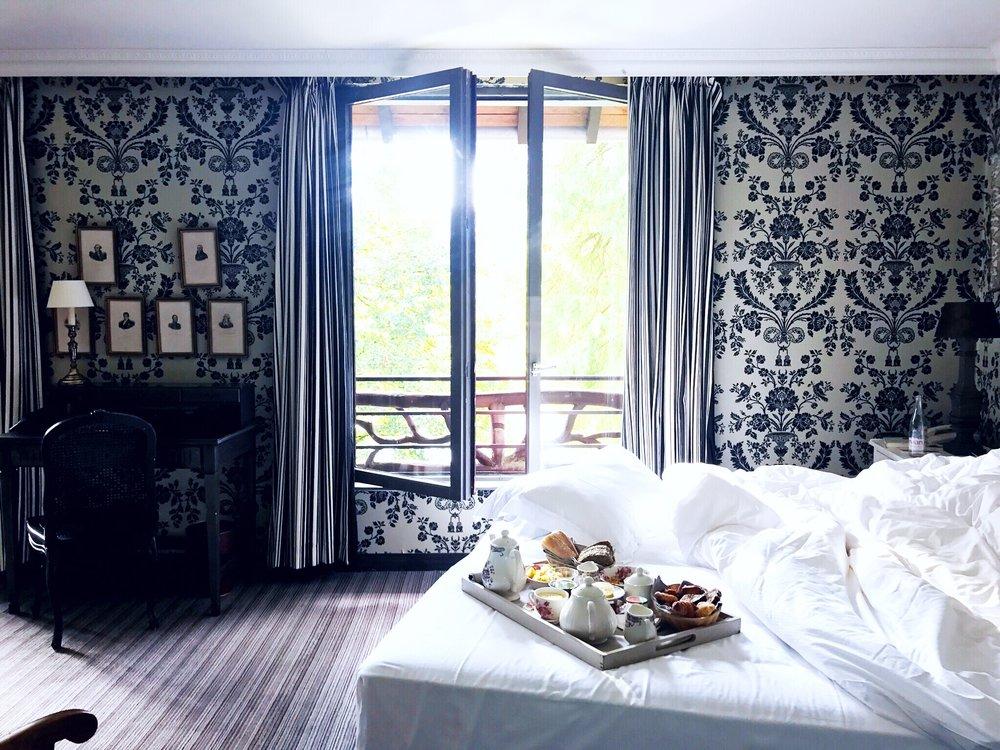 breakfast in bed at les etangs de corot