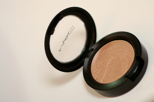 MAC Once Upon a Time is about twice the size of MAC's permanent eyeshadows. See the lovely snakeskin pattern on the top?