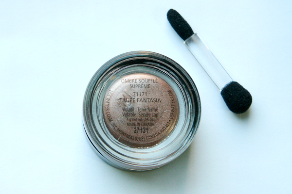 The bottom of Lise Watier Ombre Souffle Supreme reminds me very much of a MAC Paint Pot.