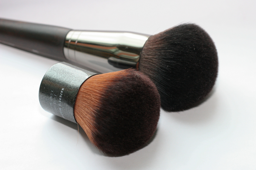 Make Up For Ever 126 Powder Brush - Medium (right) next to my Kabuki Brush from The Body Shop (left) for comparison. The MUFE brush head is bigger and very slightly less dense.