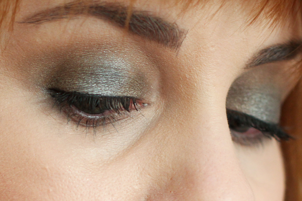 I'm wearing Make Up For Ever M-532 as a highlight, S-642 in the crease and to blend, D-320 in the inner and outer corners, and ME-108 in the centre of the lid.