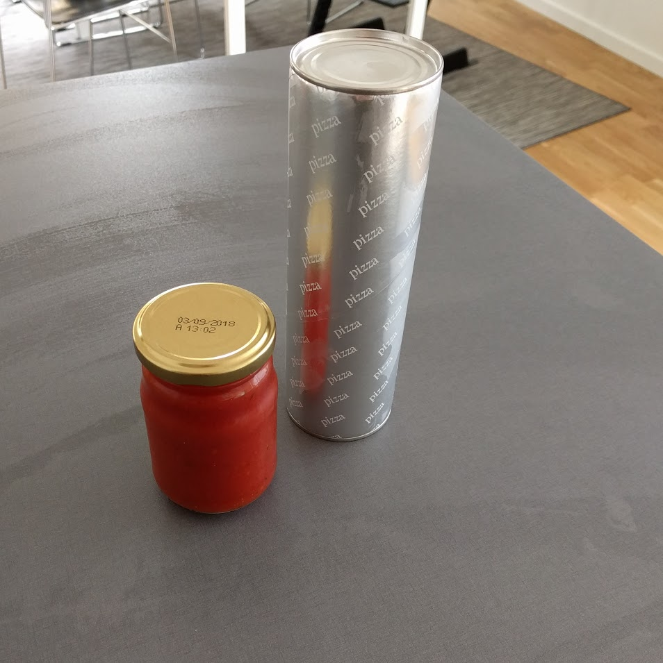 2. Titta skeptiskt på metallrullen. Läs instruktionerna på paket. Dra bort höljet och bli chockad när degen plötsligt väller ut.