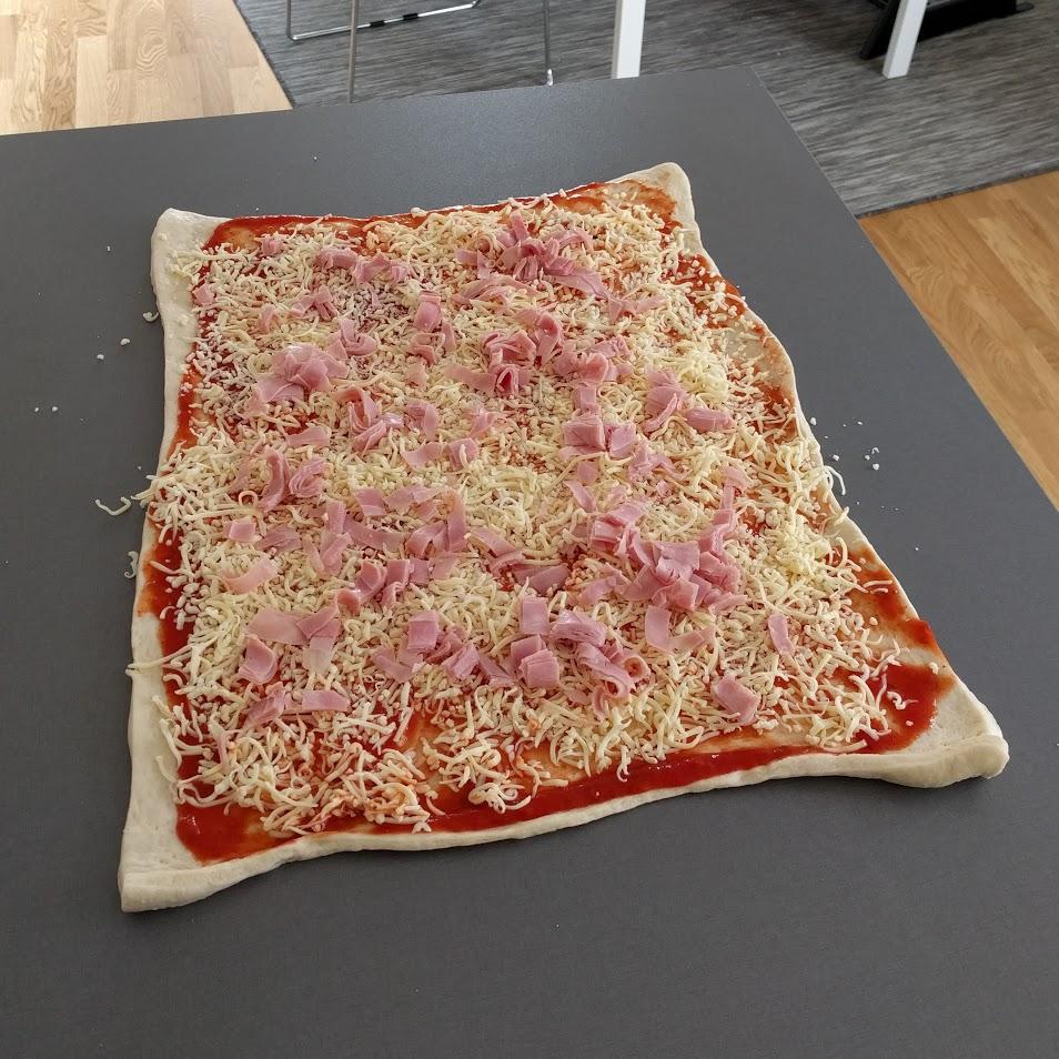 4. Bre på tomatsåsen, häll på riven ost (också färdig) och strössla över kokt skinka.