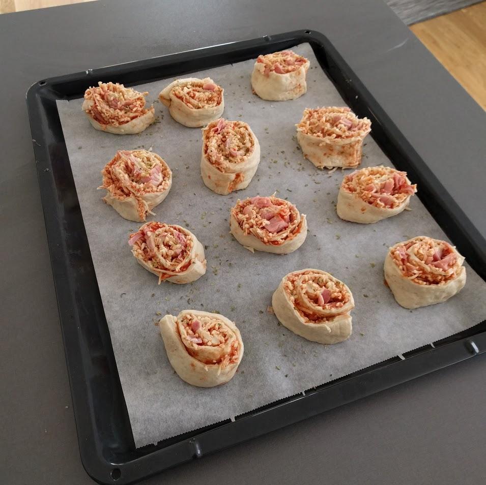 6. Skär i 12 skivor, lägg på en plåt, krydda med alldeles för lite oregano.