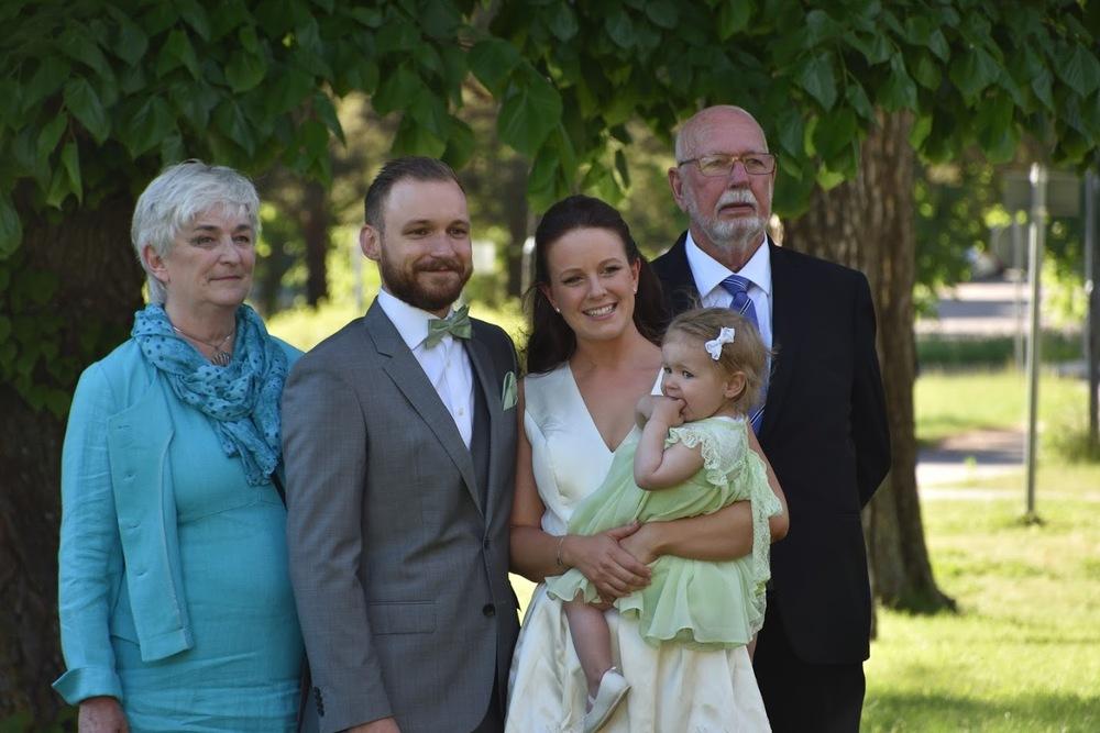 Vi tar väl ännu en bröllopsbild. Jag med min man, dotter och mina föräldrar.
