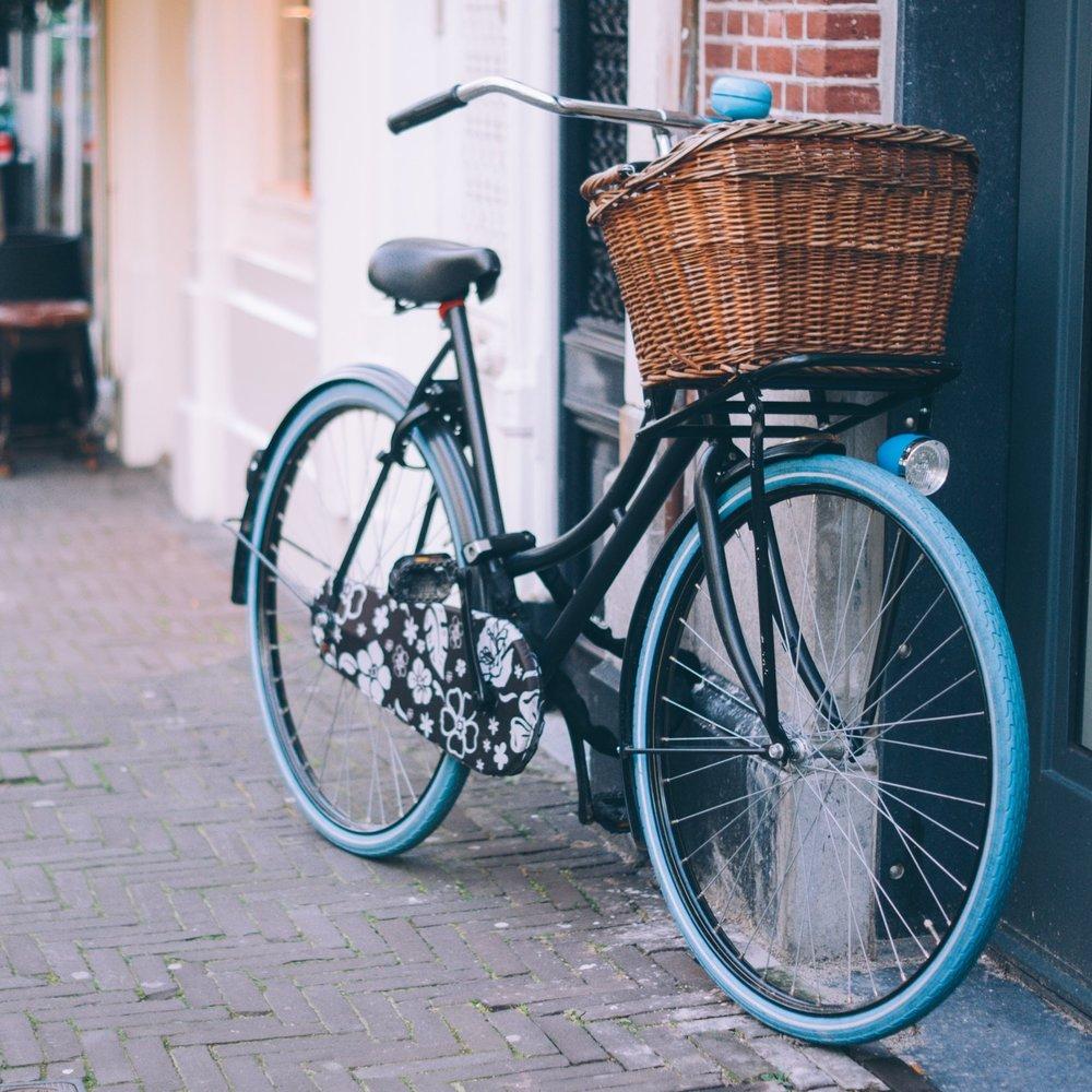 Jag drömmer om en sån cykel jag hade förr om åren, en sån man kan sitta rak i ryggen på. Med cykelkorg. Den vi har nu är ju snabb och så men det känns så skevt att sitta på den där sportiga hojen iförd jobbkläder, man måste liksom vara träningsklädd för att det ska kännas bra.