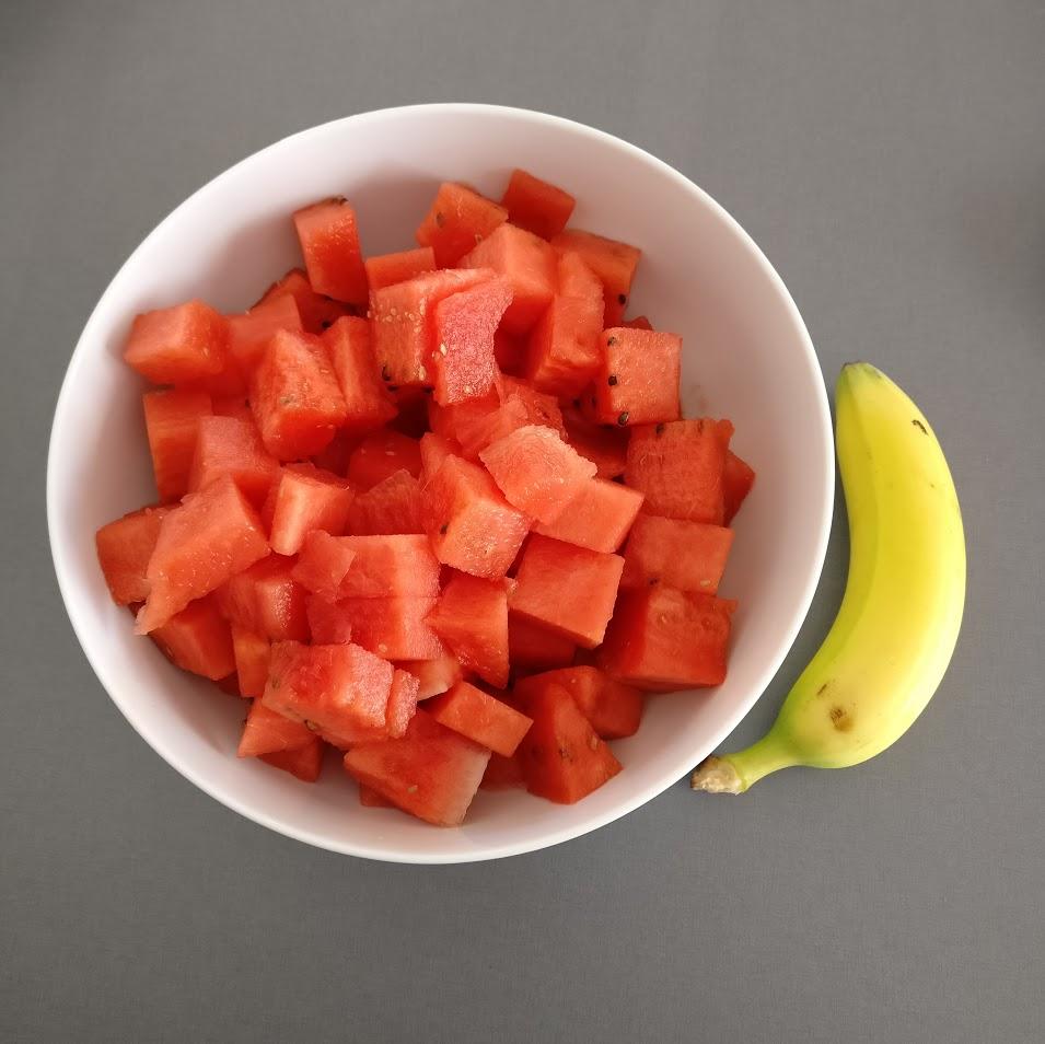 Det syns verkligen inte alls hur mycket melon det är här, trots banan för skala. Det är alltså en riktigt stor skål, inte en minibanan. Det var såhär i efterhand väldigt onödigt att skära upp all melon på en gång.