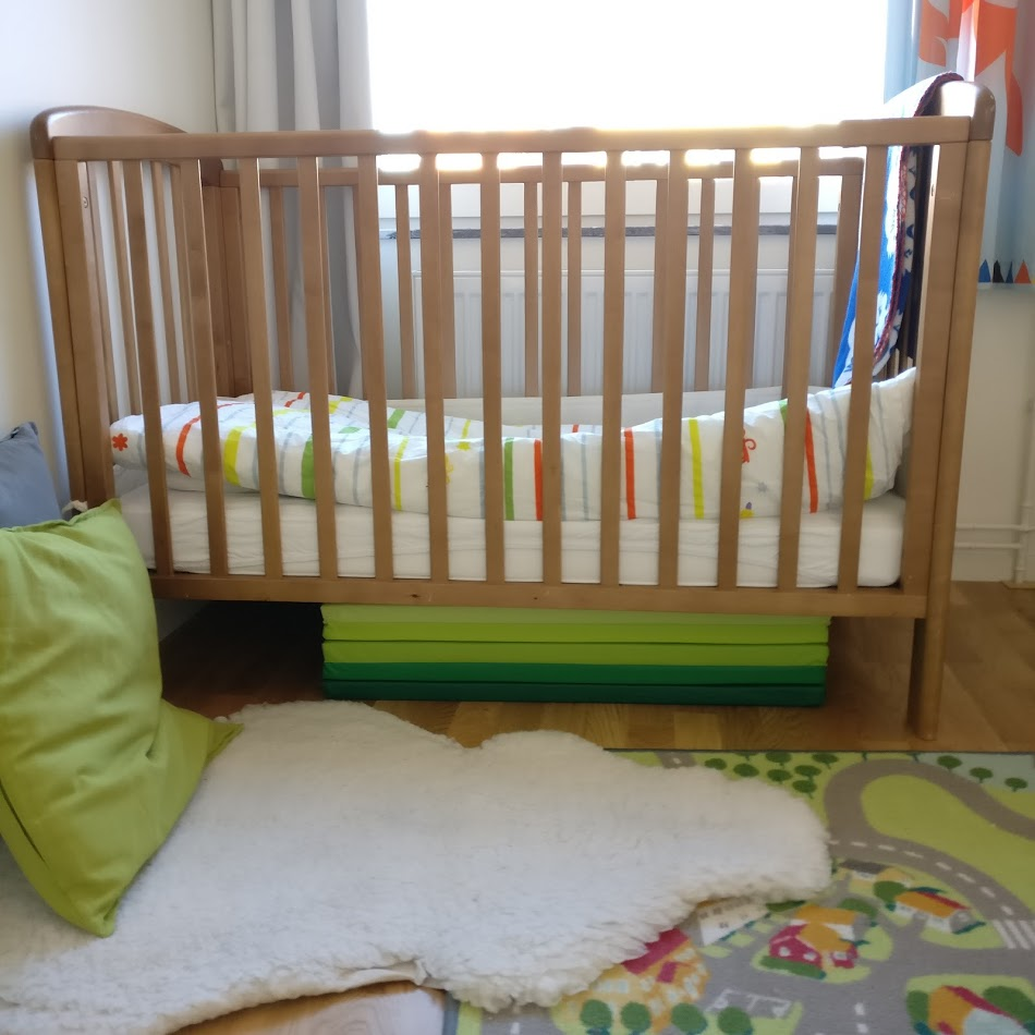 Den här hopvikbara madrassen under sängen har jag kikat på länge och nu slog vi till efter att ha sovit varsin natt på fårskinnsfällen. Även tänkt till kullerbyttor och att bygga koja med.