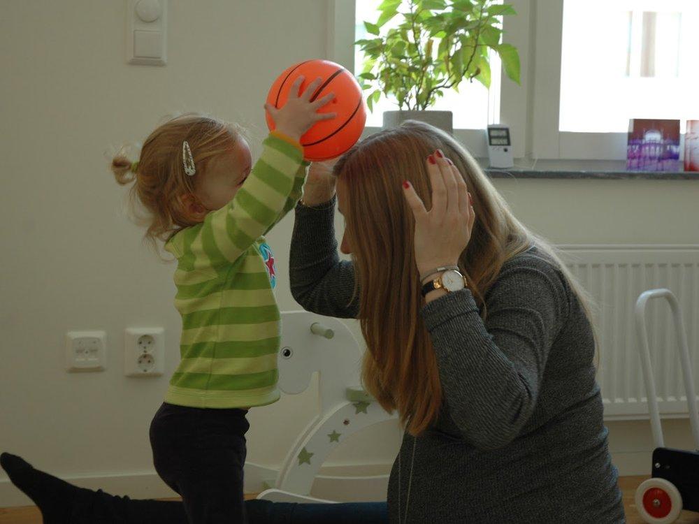 barn-leker-med-boll