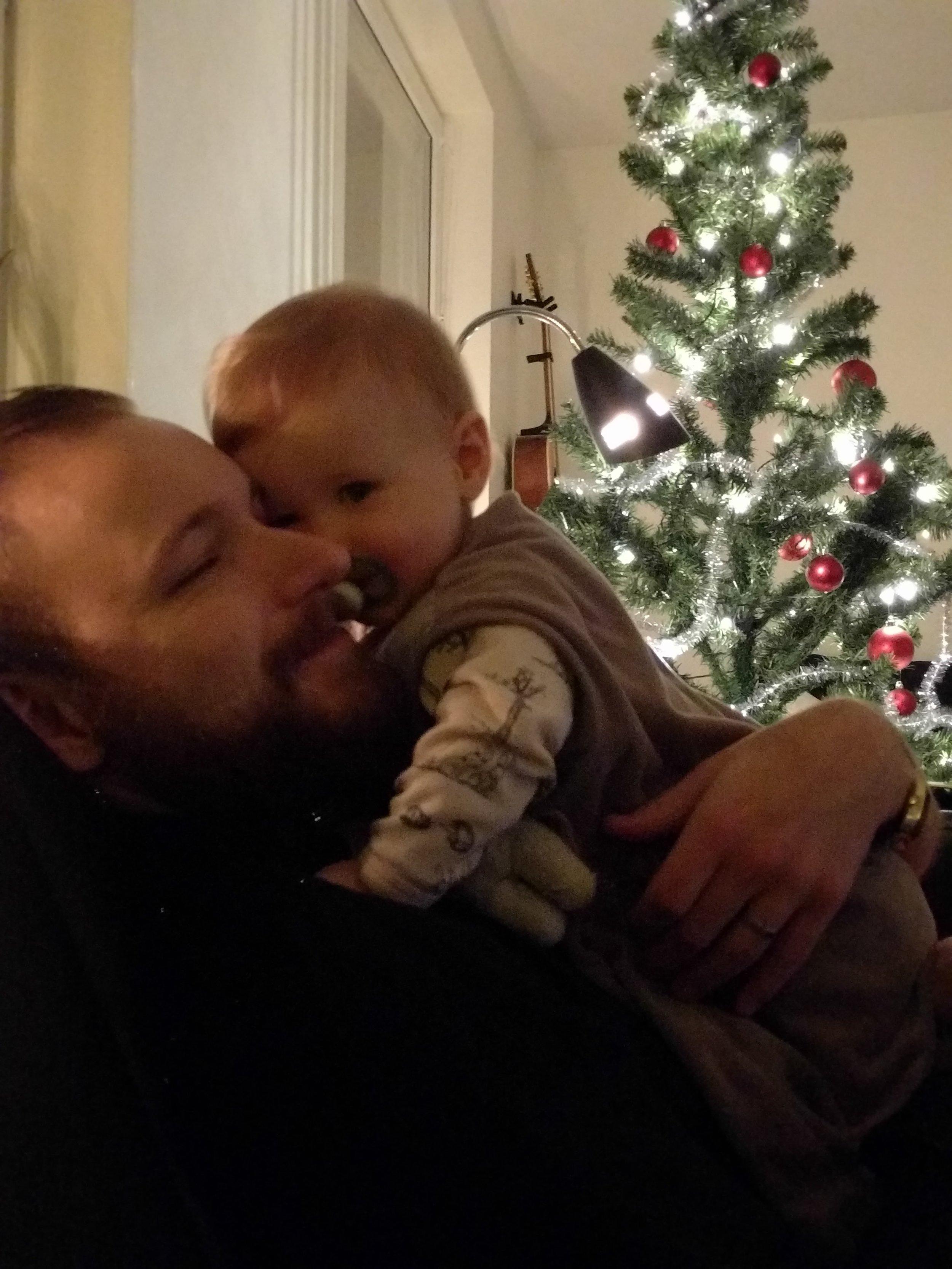 En liten liten Freja och Jonas vid läggdags förra julafton.