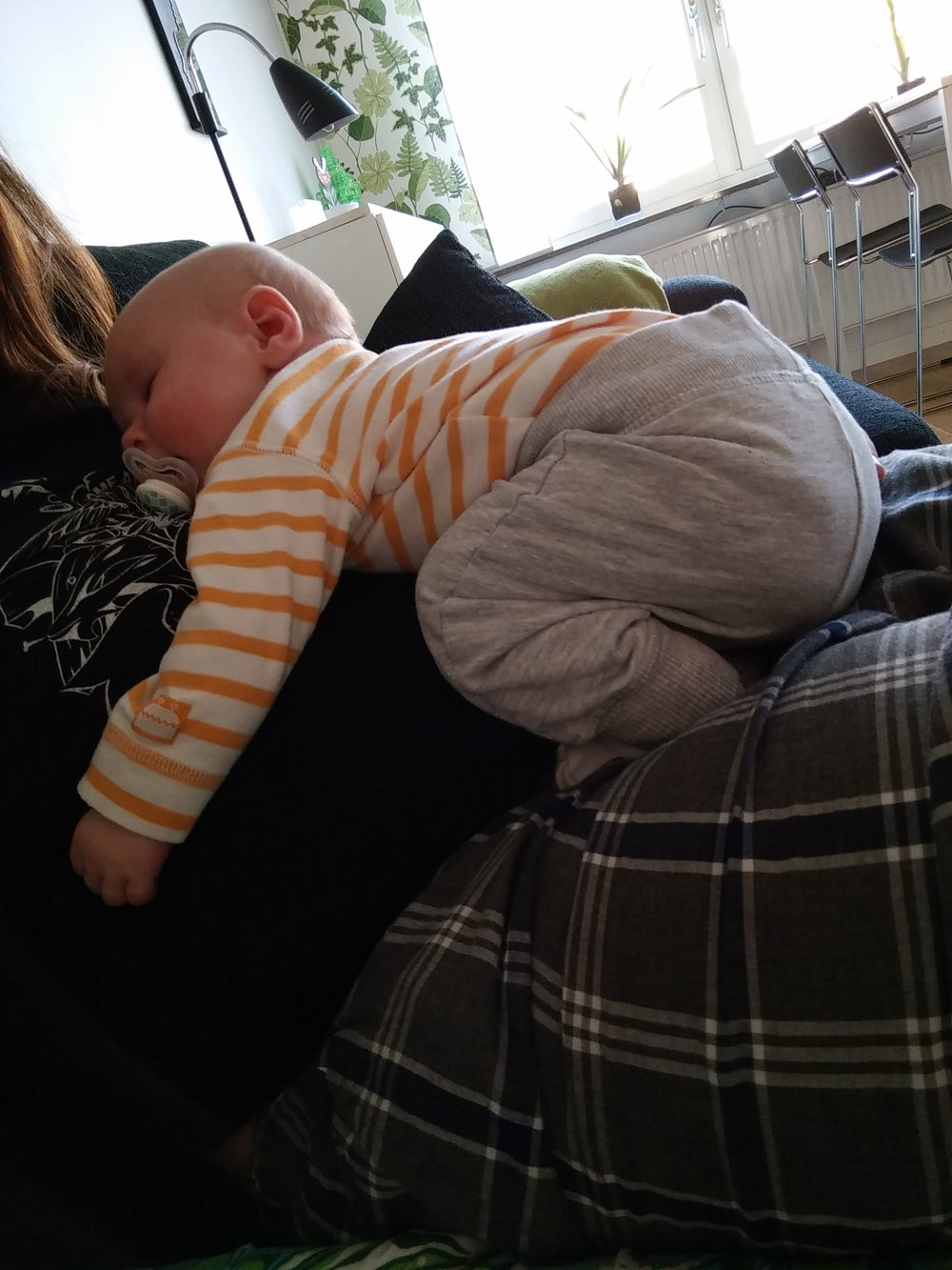 En liten pytte-Freja när hon fortfarande ville sova på mig. Det var rätt fint att vara ledig.
