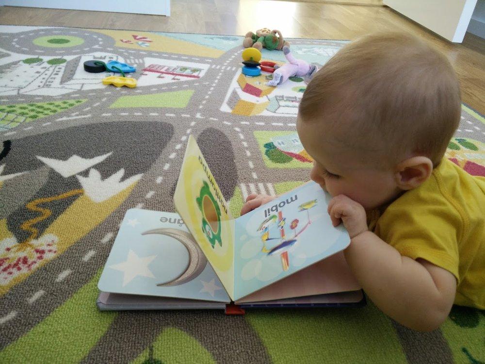 Bebis äter bok