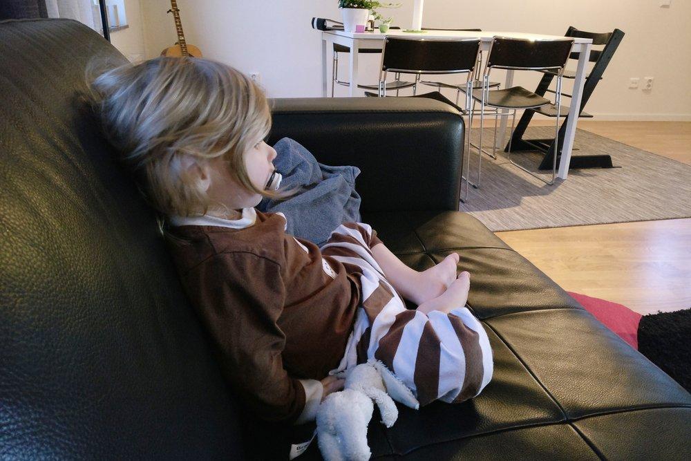 08:00 - Sovmorgon ju! Börjar dagen i soffan, som brukligt är på lördagar.
