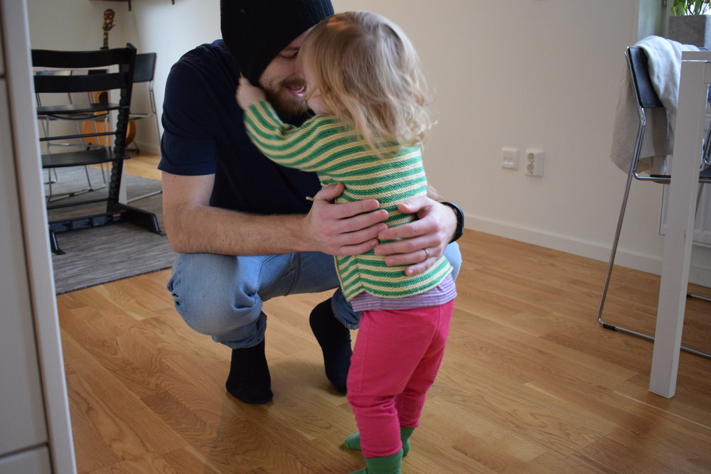 10:00 - Bus och ett försök att få på barnet overallen så att hon och Jonas kan gå till lekparken.