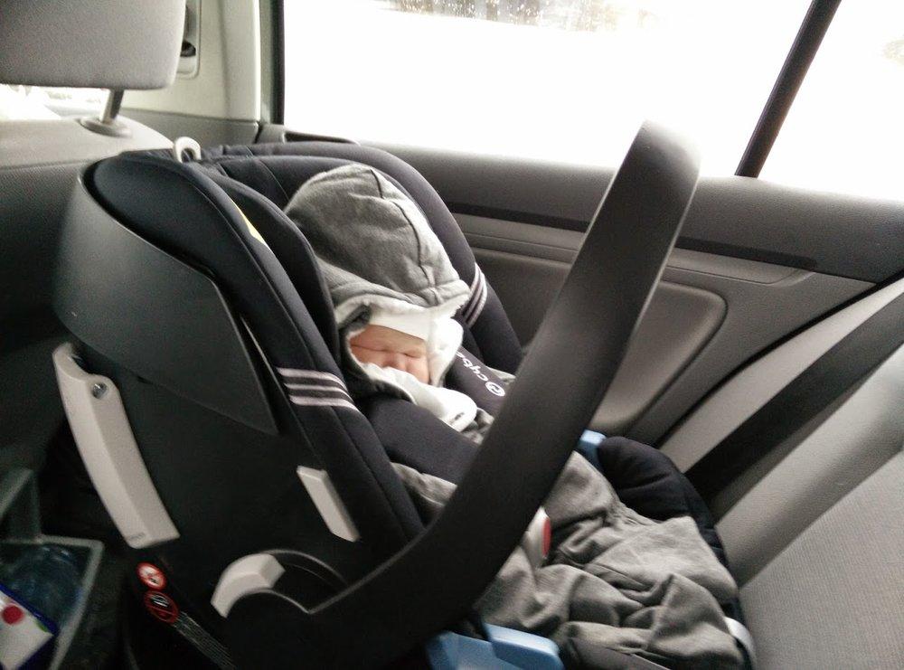 Världens minsta Freja i bilen hem från BB.