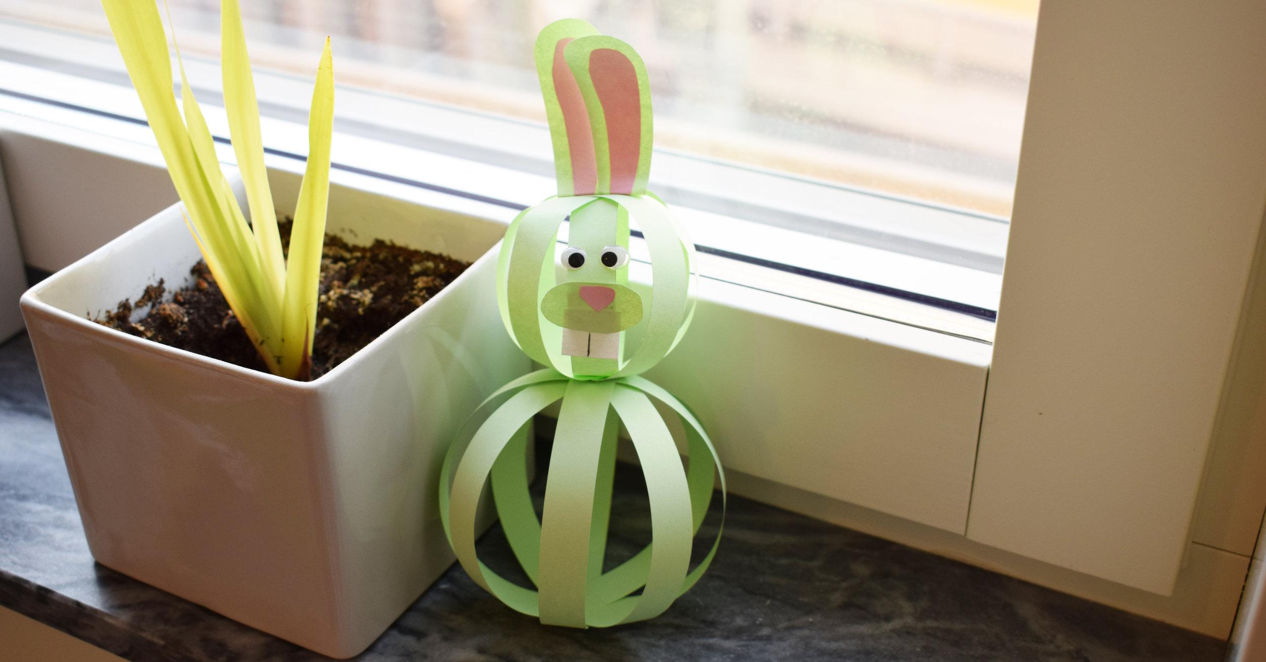 En kanin gjord av papper! Dock att man nog behöver fästa den i botten på något vis, som det är nu måste den luta mot något för att inte tippa omkull. Instruktioner:Easy Peasy and Fun