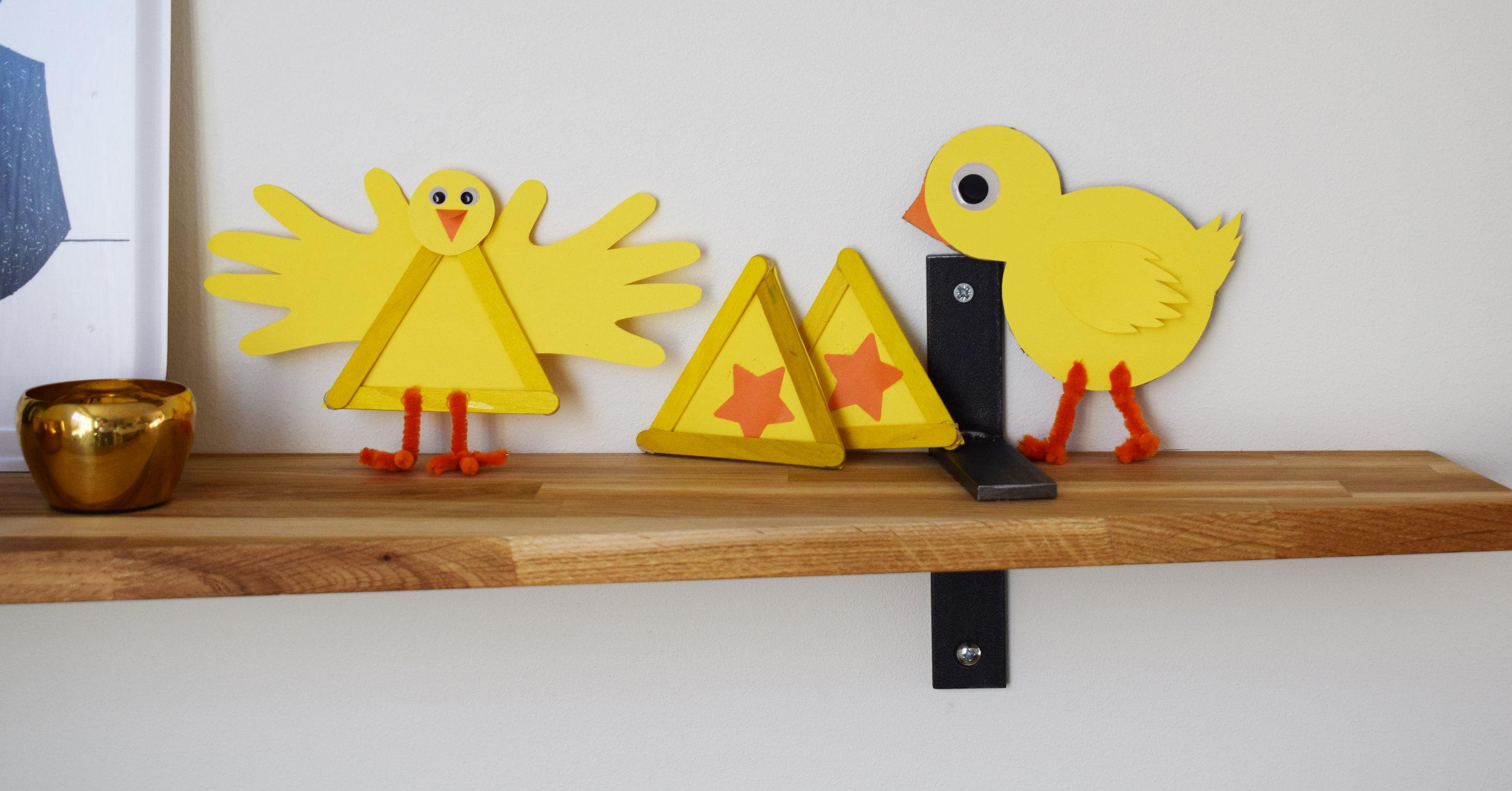 Typexempel på hur det brukar bli. Längst till vänster har jag gjort i stort sett exakt som man skulle. Det skulle bli 3 kycklingar, men Freja tog mina två andra stommar och limmade fast stjärnor på dem. Och Jonas satt koncentrerad ett hörn och hade helt plötsligt producerat kycklingen till höger bara från eget huvud. Instruktioner till min kyckling: Plånbokssmart