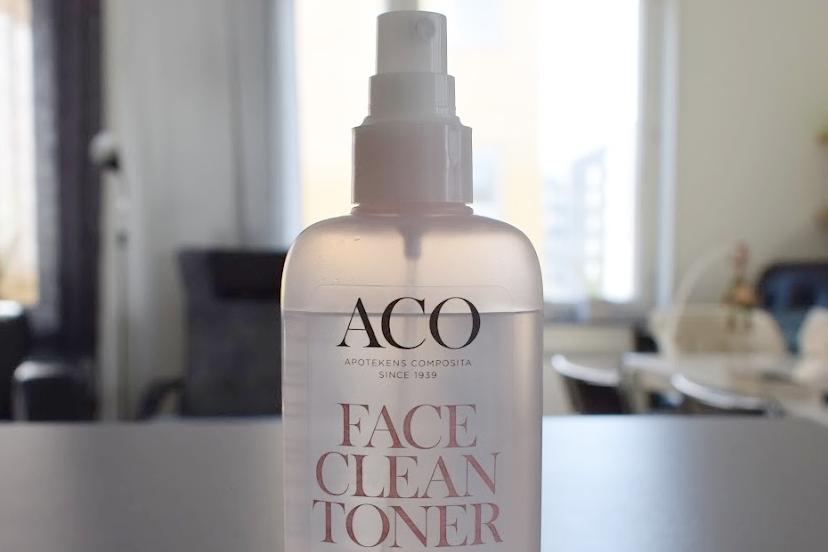 Ansiktsvatten från ACO. Med spraykork! Det hade jag ingen aning om att jag ville ha, men nu kan jag inte tänka mig något annat.