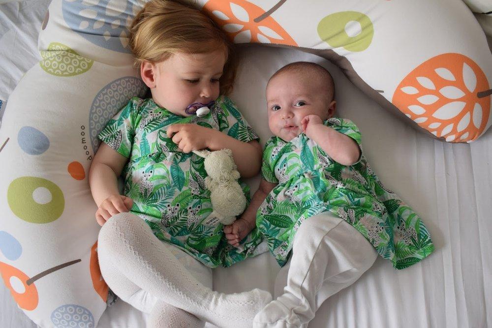Lagom fina festklänningar till båda tjejerna hittade jag på Ica Maxi av alla ställen. Det finns tunikor i tonårsstorlek i det här printet också, jag är nästan sugen på att köpa en sån till mig själv....