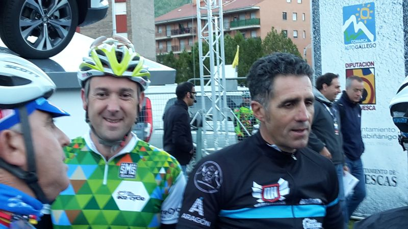 Miguel Indurain , quintuple vainqueur du Tour de France et  Joseba Beloki,  trois fois présent sur le podium du Tour de France et parrain de cette édition 2016 étaient au départ. La température de seulement six degrés et les nuages noirs sur la chaîne des Pyrénées incitaient à la prudence sur le plan vestimentaire. Ceux qui avaient oublié manchettes, gants longs, imperméables et bonnets allaient le regretter.  La traversée de  Sabinanigo  était comme chaque année très impressionnante avec plus de 30 000 spectateurs dans les rues.  Comme cela était prévisible, une pluie glaciale s'abattit sur le peloton dans les derniers kilomètres du col du Somport. Le passage au sommet entre deux haies de spectateurs enthousiastes qui avaient bravé les intempéries réchauffait les cœurs mais pas les corps car la température de seulement deux degrés laissait craindre le pire pour la descente balayée par le vent du nord.